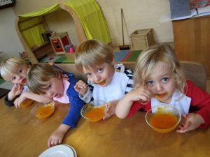 Peuters eten zelfgemaakte soep